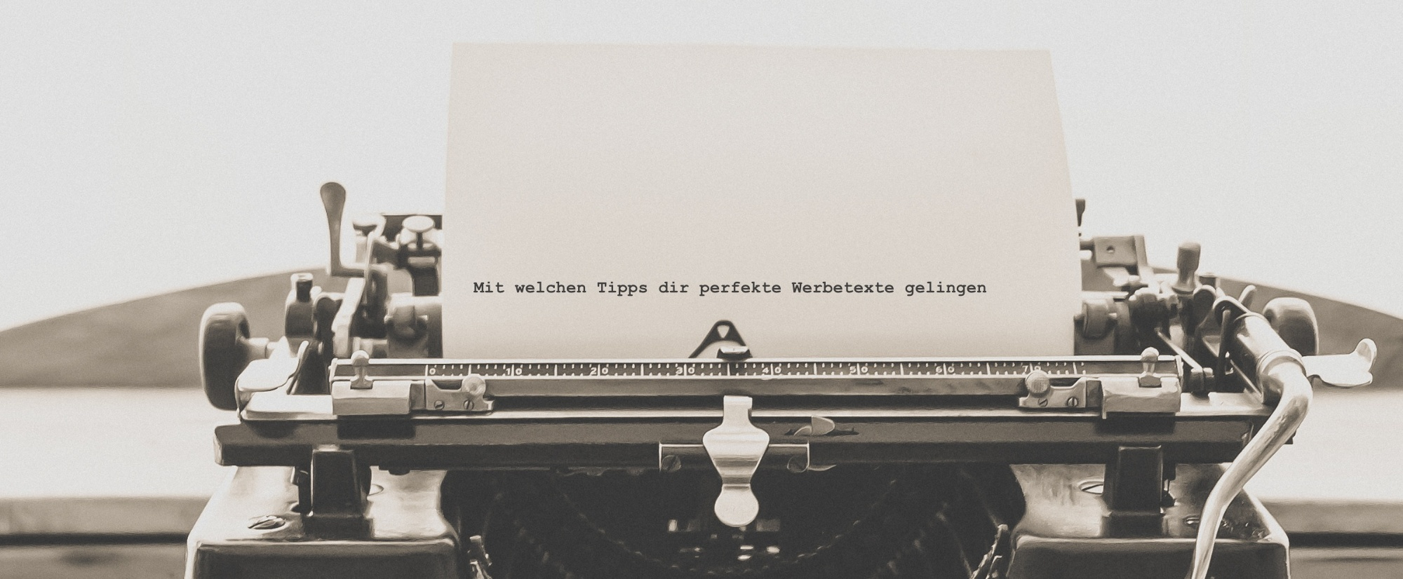 Schreibmaschine die ein Blatt Papier mit geschriebenem Text enthält