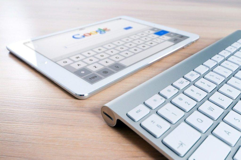 iPad und Tastatur auf einem Tisch liegend