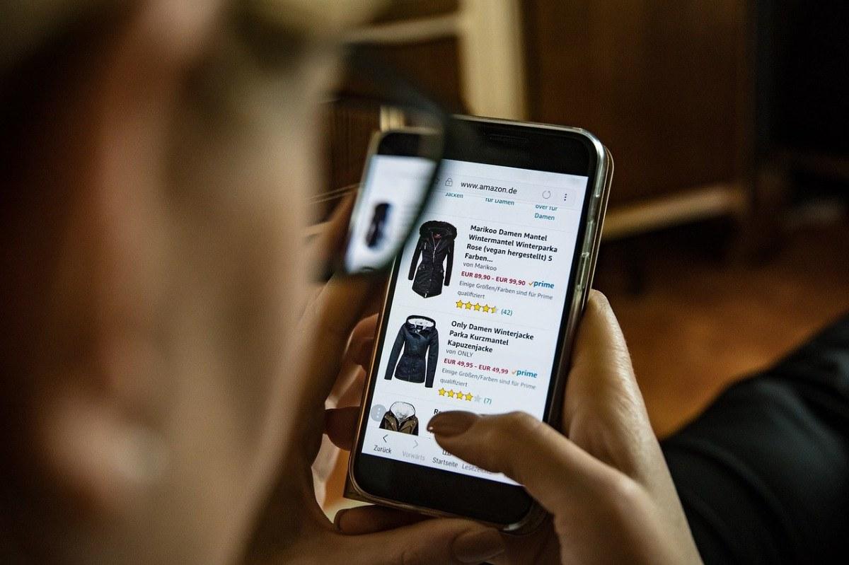 Amazon Shop-Webseite, auf Smartphone, Beitragsbild