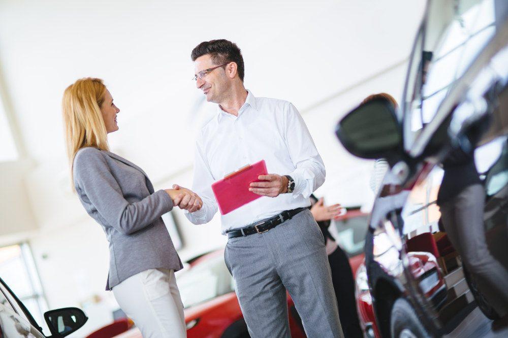 Erfolgreicher Verkäufer in einem Autohaus