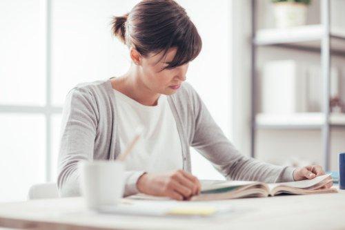 Frau, ein kostenloses Fachbuch lesend (auf dem Bild abgebildet)