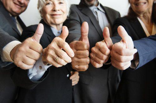 Geschäftsleute geben einen Daumen hoch