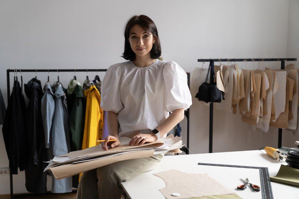 junge Designerin, selbständig, in ihrem Studio
