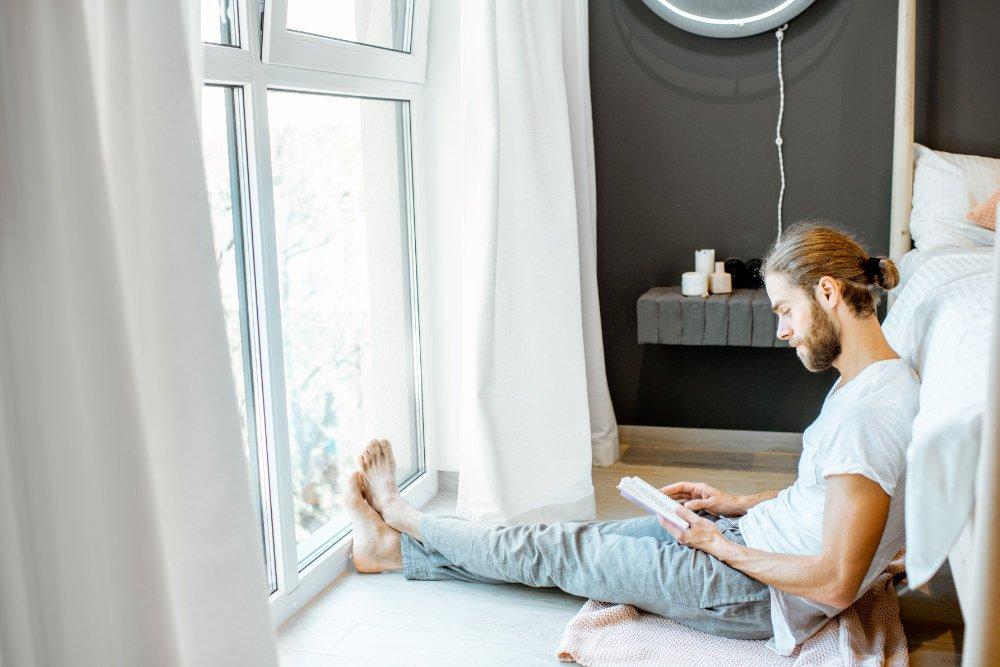 Leser eines Buches, zuhause, in ruhiger Umgebung
