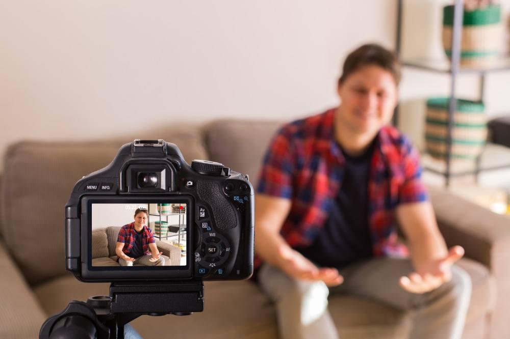 Video-Blogger nimmt Video für YouTube auf